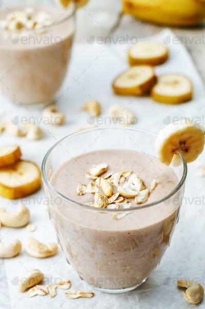 cashew banana cocoa oats smoothie