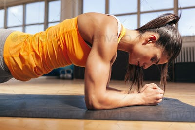 Woman doing press-ups in gym