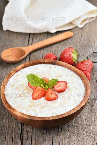 Oatmeal with fresh strawberry