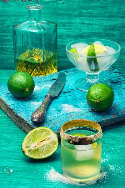 alcoholic cocktail with lime