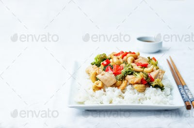 red pepper broccoli cashew chicken stir fry with rice