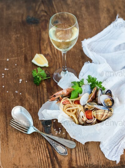 Seafood pasta. Spaghetti with clams and shrimps in bowl