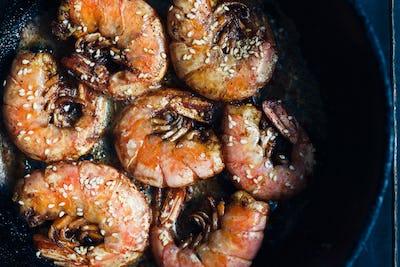 Shrimp fried with garlic and sesame seeds