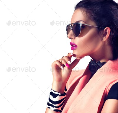 Beauty fashion brunette model girl wearing stylish sunglasses