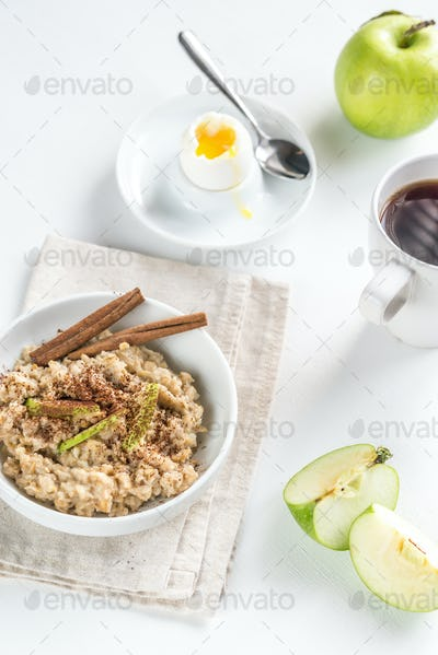 Oats with egg and green apple