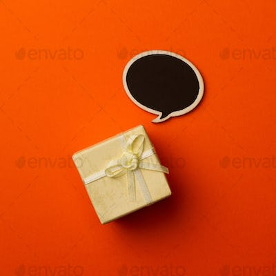 Concept little gift box with wooden speech bubble for messages o