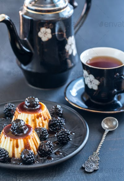 Vanilla puddings with fresh blackberries and berry topping