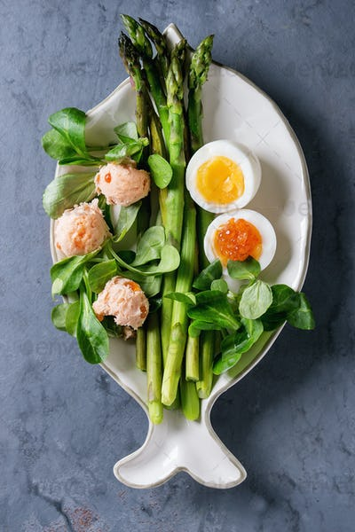 Cooked green asparagus with egg