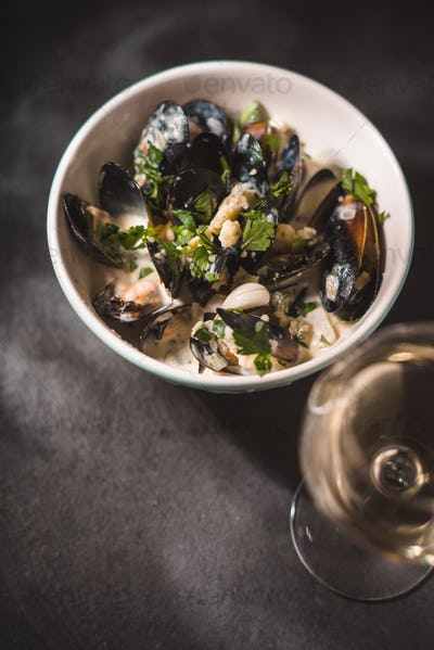Mussels in Roquefort sauce on the black stone