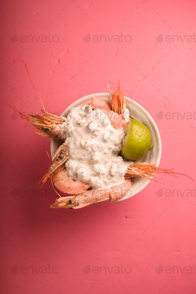 Big shrimps with creamy garlic sauce