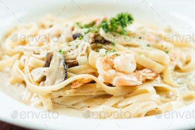 fettucine white cream sauce with shrimp and mushroom