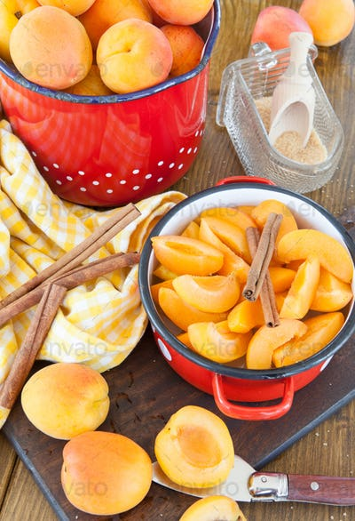 Cooking apricot jam