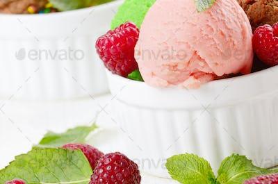 Ice cream balls with raspberry