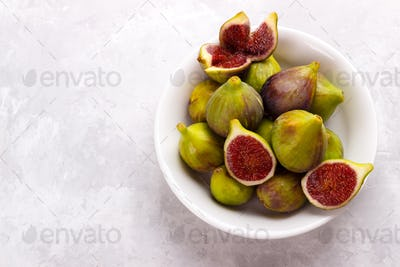 Plate of ripe figs