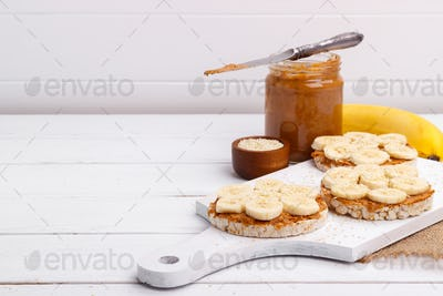 Rice cakes with peanut butter