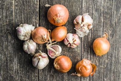 Fresh onion and garlic bulbs.
