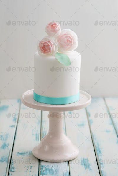 Mini wedding cake with flowers