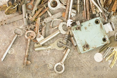 Many old keys and locks.