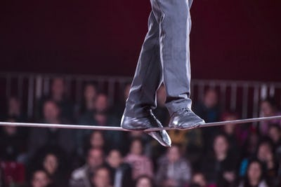 A man walks in a rope in a circus