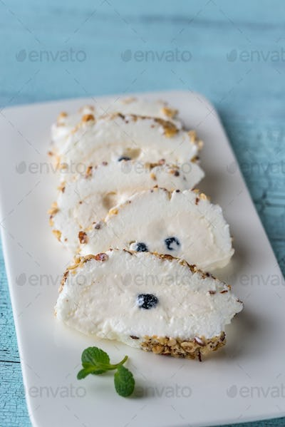 Sliced merengue roll with nuts