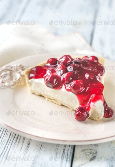 Tart with cream cheese and cherries