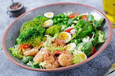 Grilled shrimps and fresh vegetable salad, egg and broccoli.