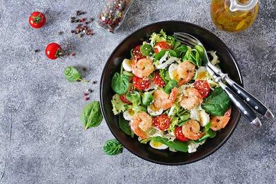 Grilled shrimps and fresh vegetable salad and egg. Grilled prawns.