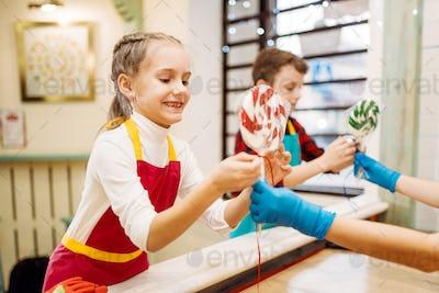 Lollipop preparation process, children get caramel