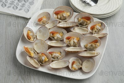 Dish with open cooked smooth clamons