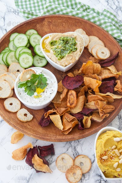 Hummus and vegetables chips