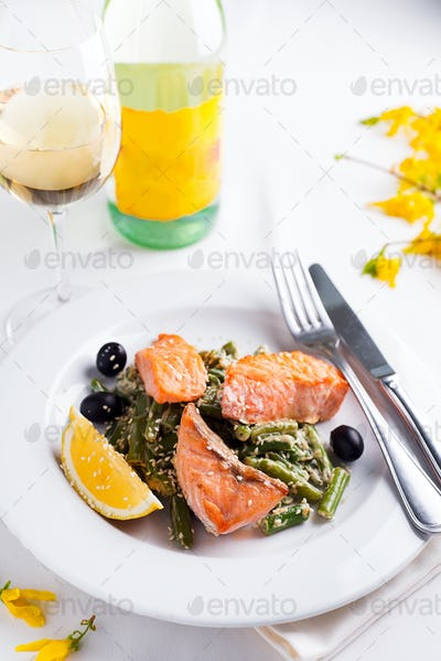 Grilled salmon with steamed green beans and lemon