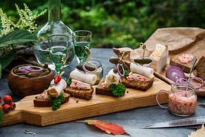 Lard bread with onion rings, horse radish and chili