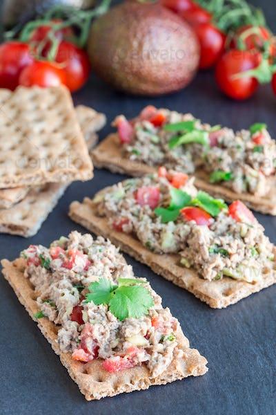 Salad with tuna, avocado, tomatos, coriander and lemon juice, se