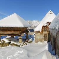The snow covers the pallozas and horreos