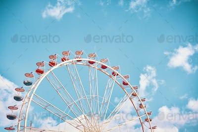 Retro stylized picture of a Ferris wheel.