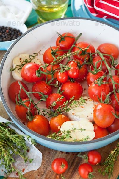 Roasting tomatoes with garlic