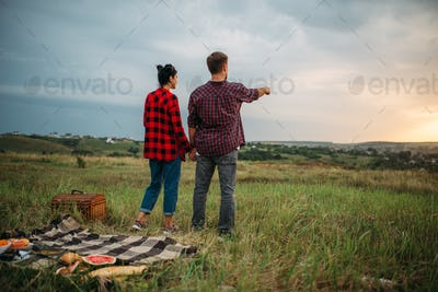 Ñouple looking into the distance, picnic