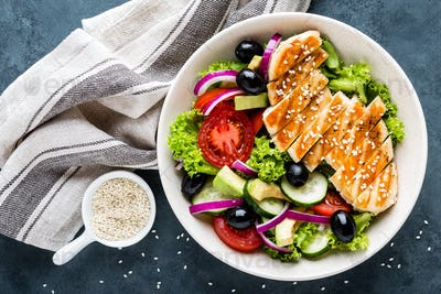 Grilled chicken breast with fresh vegetable salad
