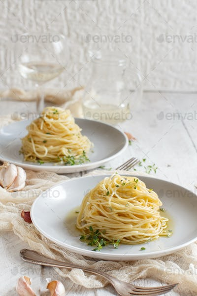 Spaghetti with thyme, garlic and olive oil