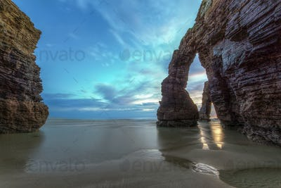 Quiet dawn and low tide betwen the stone arches