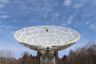 Radiotelescope focus to the sky
