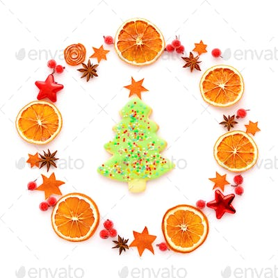 Round frame with dried orange, christmas cookies, anise stars on