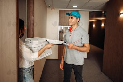 Customer takes order on pizza from delivery man