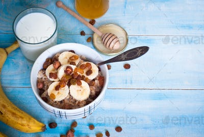Oatmeal with bananas, raisins and honey