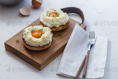 Orsini oeufs with toasted bread, copy space