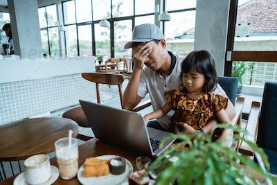 child disturb her dad while working
