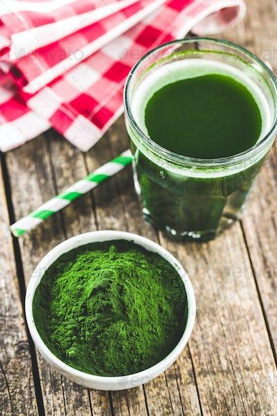 Green chlorella powder and drink.
