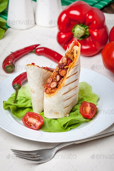 Burritos filled wiht minced meat, bean and vegetables.