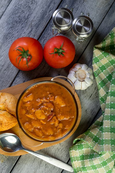 Stewed beans in tomato sauce.