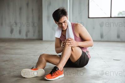 man get knee injury while workout